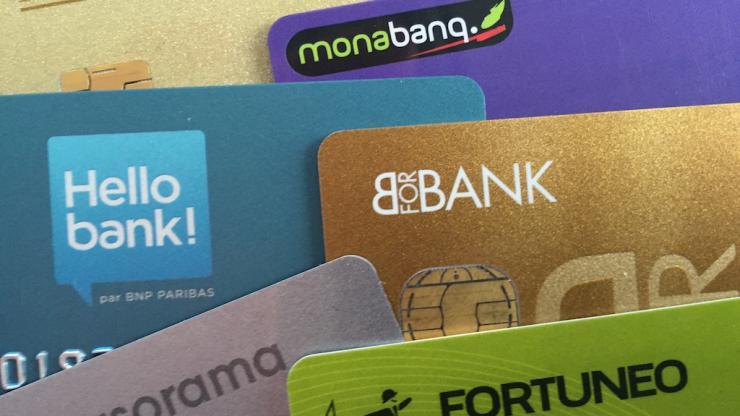 La carte bancaire, parfois plus coûteuse dans une banque en ligne